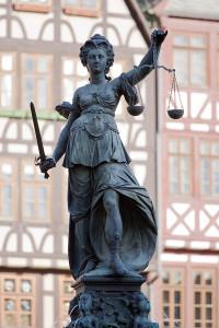 600px-Frankfurt_Am_Main-Gerechtigkeitsbrunnen-Detail-Justitia_von_Westen-20110408